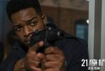 """由《权力的游戏》导演布莱恩·柯克执导,《复仇者联盟3:无限战争》《复仇者联盟4:终局之战》导演罗素兄弟强力制作,""""黑豹""""查德维克·博斯曼主演的电影《21座桥》正在全国热映中。电影自上映以来反响热烈,不少观众表示这是一部不容错过""""高能爽片""""。"""