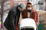 美渣和吉吉·哈迪德带女儿出街 落雪式染发超抢眼