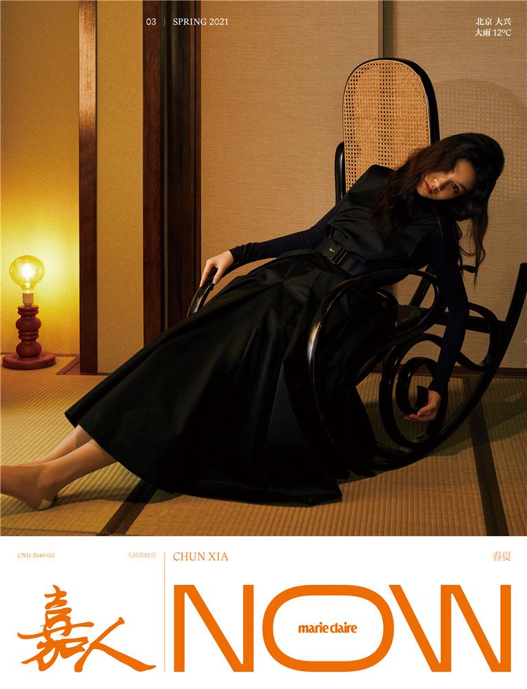 春夏时尚大片曝光 身穿开衩高腰黑裙表现力十足