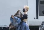 近日,美剧《凯瑟琳大帝》第二季正式在伦敦开机,女主角艾丽·范宁率先现身片场,依旧是高贵优雅的盘发造型!不过,片场照并未出现男主角尼古拉斯·霍尔特的身影。