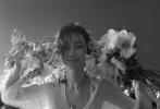 3月31日,李冰冰《嘉人now》春季刊封面公开。李冰冰身穿经典米色风衣出镜,笑颜明媚。森系大片也展现了她一贯娴熟的镜头表现力,针织衫和白色布裙,搭配蓬松的发型,整体风格轻松惬意又大气简约,带来温柔缱绻的氛围感!