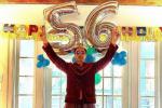 小唐尼晒照庆祝56岁生日 锤哥电光人远程送祝福