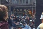4月6日,网上曝光了一组王俊凯拍摄新剧《重生之门》的路透照,引发热议。路透照中,王俊凯现身人流攒动的广场,身穿蓝白条纹病号服,手持手机,乖巧的坐在马桶上,画面看起来搞笑又心酸。