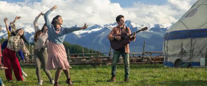 音乐歌舞片《歌声的翅膀》:美丽新疆的幸福生活
