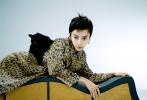 4月7日,Angelababy成为《ELLE 世界时装之苑》封面人物大片释出。Baby罕见尝试短发发型,突破尝试新造型,展现了和过去不同的魅力。身穿豹纹连衣裙出镜,与黑猫相伴格外契合。置景中用钢丝缠绕出的人脸轮廓和线条感,更加具有艺术气息,氛围感十足。  