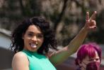 当地时间4月7日,美国,知名动画《飞天小女警》真人版剧集曝光片场照,主演汪可盈、德芙·卡梅隆、雅娜·佩罗亮相,分别饰演花花、泡泡、毛毛。三位甜心造型超级可爱,拍摄现场追打嬉戏氛围超好。