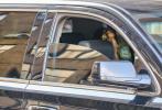 """当地时间4月7日,美国纽约,""""甜茶""""蒂莫西·柴勒梅德和女友莉莉·罗斯·德普现身街头。当天二人和友人共同外出,甜茶身穿灰色连帽卫衣口罩遮面,行事低调的走向停在路边的黑色轿车,而车内除了司机还有一位棕发女子,正是甜茶近日被传复合的前女友莉莉。"""