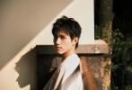 4月9日是陈飞宇的21岁生日,工作室发布了一组春日森系写真为其庆生。静谧的云南小镇,春意盎然的自然风光,身穿白T恤的俊美少年,意境感十足。温柔且自由,明朗亦清澈,镜头记录下少年21岁的美好。
