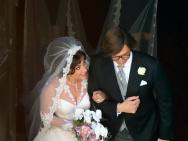 走花路!《古驰》拍大婚场景 GaGa婚纱造型美哭了