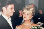 """近日,休·杰克曼为庆祝结婚25周年,向大众晒出了当年的婚礼旧照,并再次给爱妻黛博拉·李·福奈丝写情书,他说:""""娶你犹如呼吸这般自然,从我们相遇的那一刻起……我就知道我们的命运会紧紧相依。25年来,我们对彼此的爱越来越深,其中的乐趣、兴奋和冒险越令人振奋,学问就越大。我会永远心存感激来共享我们的爱,我们的生活,以及我们的家庭。我们的一切不过刚刚开始。Deb,我会全心全意爱着你!"""""""
