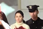 """当地时间4月11日,美国纽约,赛琳娜·戈麦斯现身新剧《大楼里唯一的谋杀案》片场。赛琳娜身穿白色高领毛衣配格纹短裙。眼含泪光的她胸前惊现大片触目惊心的血渍,双手被铐在身后,被""""警察逮捕"""",剧情走向越来越刺激!"""