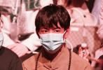 """4月11日,上海,""""网红""""丁真继出席某时尚活动后,又现身上海时装周,这也是他第一次参加品牌活动看秀。丁真入场造型是民族服饰,他佩戴了蓝色口罩,全套妆发造型看秀,还在大秀结束后为设计师献花。"""