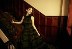 """日前,Angelababy身穿黑色波边高定礼服出席某时尚活动。惊艳的造型令网友们纷纷感叹baby不愧是""""高定公主"""",话题""""Angelababy黑玫瑰波边裙""""随即登上热搜榜。"""