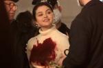锒铛入狱?赛琳娜胸前大片血渍 新剧片场触目惊心