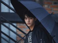 王俊凯发布撑伞意境写真 眼神锋利尽显反派氛围感