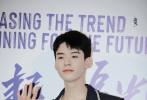 4月15日,龚俊现身上海,出席某视频网站年度发布会,为新剧《你好,火焰蓝》站台。当天,龚俊一身深色牛仔套装,内搭简约白T亮相,造型阳光帅气。