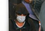 当地时间4月15日,美国洛杉矶,布拉德·皮特现身医院。当天,布拉德·皮特身穿一身休闲运动装,帽子、口罩、墨镜全服武装,甚至带上了帽衫外套上的帽子防止侧拍。