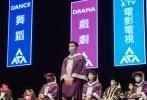 近日,香港演艺学院举行荣誉博士暨荣誉院士颁授典礼,表彰10位社会杰出人士在表演艺术方面的成就与对演艺学院发展的贡献。其中,张学友获颁香港演艺学院荣誉博士,古天乐和王祖蓝获颁香港演艺学院荣誉院士。