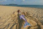 """4月18日,卢靖姗在社交平台分享一组在沙滩拍摄的美照。其中一张cos美人鱼的创意P图趣味十足,话题""""卢靖姗海滩cos美人鱼""""登上热榜引起了众多网友的关注和讨论。"""