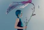 4月20日,Angelababy登封《CosmHits》大片发布,整组大片仿佛在窥探童话世界中的人鱼姬。Baby解锁多套造型,身穿优雅的黑色长裙静立在透明芭蕉叶下;冰蓝色薄纱长裙,营造出透明鱼尾的效果;蓝色双麻花辫冷艳又可爱,眼神戏十足。