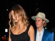 贾斯汀·比伯穿蓝色西装现身 戴米白色礼帽超帅气