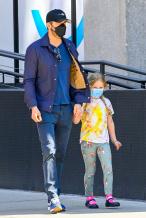 瑞安·雷诺兹带女儿出街购物 大手牵小手超有爱!