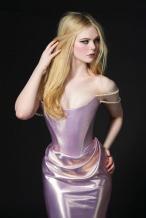 艾丽·范宁珍珠链粉裙半露酥胸 艳后眼妆妩媚性感