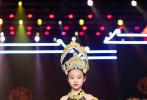 近日,李小璐的女儿甜馨现身某时尚活动,上台走秀,引发关注,母亲李小璐全程陪伴在台下为女儿加油助威。