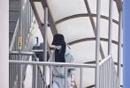 4月25日,赵丽颖宣布离婚后首度现身机场。当天,她戴着渔夫帽,穿着一身灰色的运动装,一手拎着白色手提包,另一只手拿蓝色养生锤,低头走上楼梯,全身包裹严实,看起来若有所思。  