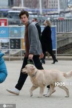 肖恩·蒙德兹遛狗与素人聊不停 女子神似女友卡妹