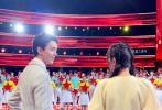 4月27日,迪丽热巴、吴磊现身录制五四青年晚会。录制现场,迪丽热巴一身鹅黄色裙装,梳着双马尾辫,青春有活力;吴磊梳着背头偏分发型,一身灰色系西装,身姿挺拔。