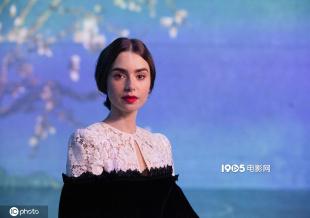 莉莉·柯林斯参加梵高展 黑白复古蕾丝裙冷艳优雅