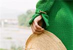 """5月5日,赵丽颖在官宣与冯绍峰离婚后首度更新了动态,官宣自己成为某国际奢侈品牌的中国护肤代言人,""""事业型的女强人""""也再度回归,赢得了不少网友的祝福与期待。"""