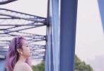 宋茜以一袭樱花珠光人鱼高定裙亮相红毯及活动现场,搭配粉紫渐变发色,带来初夏的甜美明媚,精致剪裁展现优美曲线,华丽质感的珍珠装饰缀于裙身,更添一份优雅动人。