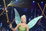 """日前,""""水果姐""""凯蒂·佩里录制《美国偶像》第四季剧照释出,当天她COS成了电影《小飞侠》中彼得潘的小伙伴仙子""""小叮当"""",身穿绿色亮片抹胸短裙,背后是制作精美的翅膀,发型也完美还原。"""