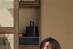 5月10日,卢靖姗释出一组时尚大片,置身复式阁楼,演绎初夏的温柔与暖意。大片中,卢靖姗以一套简约经典黑色连衣裙出镜,长发随性披肩,菱形耳环精致小巧。温暖的阳光透过玻璃在木质地板上投下光影,卢靖姗或倚靠门框,或坐在地板上,悠然享受着初夏阳光的美好时刻,目光温柔坚定,一举一动都散发出优雅的气质。