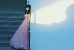 日前,赵今麦一组工作花絮照释出。身着粉色碎金星空抹胸纱裙的她灿若星辰,裙摆坠地,飘逸轻盈。微卷的长发随意散落肩头,搭配同色系心形项链和耳饰,可爱又俏皮。眼神流转灵气十足,举手投足间透露着少女的甜美与浪漫。落日余晖下,在日光与暗影交汇的尽头,宛如置身于星河的精灵,梦幻且恬静。