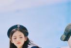 5月13日,杨超越通过微博晒出一组九宫格夏日写真,照片中她穿着蓝色JK水手服,头戴海军帽,橘色系妆容元气满满,眼睑下至腮红更加甜美可爱,整个人精致似洋娃娃。