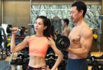 """5月14日,李若彤晒出和张丰毅的健身合照,并配文写道:""""65岁+55岁=120岁,自律+努力=无限可能。""""照片中,李若彤身穿运动背心秀出蛮腰和腹肌,张丰毅半裸上身手臂肌肉线条优越,胸肌、腹肌发达,两人一起健身状态超好,而且满满的cp感。""""年龄""""这个概念似乎在二人身上被按了""""暂停键""""。"""
