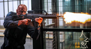 《人之怒》杰森·斯坦森火力全开 持枪射击灭劫匪