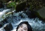 """近日,鞠婧祎在个人社交平台晒出一组夏日写真大片,并配文:""""多留住这个夏天。""""照片中,她身穿一件白色吊带连衣裙,露出纤细锁骨,妆容通透自然,黑长直发温柔随性,满满的初恋女友风。"""