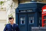 """当地时间5月14日,英国英格兰布莱顿,""""哈卷""""哈里·斯泰尔斯、大卫·道森、艾玛·科林现身电影《我的警察》片场。""""哈卷""""一身蓝色警服,配上搭理精致的棕色背头,英气十足,每张路透照都是满满的制服诱惑。拍摄现场,哈卷与大卫·道森上演""""你追我赶""""的戏码。"""