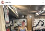 """5月18日,郭富城妻子方媛在个人社交平台晒出自己的健身照,并配文:""""健身的第三个月""""。照片中,她穿着运动内衣,拿着手机大方对着镜子自拍,秀出自己优越的马甲线以及小蛮腰。"""