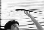 5月19日,一组龚俊《时尚芭莎》情人大片发布。大片中,龚俊戴着黑框眼镜出镜,印花衬衫打造出简单舒适的造型,闲暇时午后时光,风扇吹起他的衣角,甜蜜的女友视角大片,尽显龚俊的温柔、专注,妥妥的理想型夏日男友!  