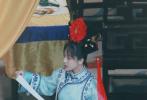 """5月18日,一组杨紫参加某综艺节目时扮演紫薇的路透曝光,照片中,杨紫身穿蓝色格格装,头上戴着旗头,额前的齐眉碎发增添了俏皮少女感。与杨紫同框的杨迪,演绎男版""""容嬷嬷"""",全员造型神还原《还珠格格》中的造型,二人同框忍不住想起童年""""扎针""""阴影。"""