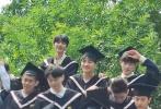 5月20日,北京电影学院组织2021届毕业生拍摄毕业照,王俊凯作为2017级表演系本科应届毕业生现身。路透照中,王俊凯身穿黑色学士服,头戴学士帽,和同班同学站在表演系教学楼门口拍照,站在第二排的他模样乖巧,脸上一直挂着温柔浅笑,不时与身边同学交流。