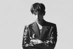5月29日,杨洋成为《芭莎男士》6月刊封面人物大片发布,简约黑白光影质感满分,黑镭射西装造型,尽显冷冽有型的帅气姿态,荣耀启航,蓄势待发。