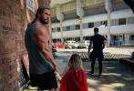 """经过5个多月的拍摄,《雷神4:爱与雷霆》已正式杀青,并曝光杀青照。""""锤哥""""克里斯·海姆斯沃斯一身肌肉亮相,告别肥宅造型。更惊喜的是,""""锤哥""""的儿子也惊喜现身,身披披风,是否出演了电影尚未可知。"""