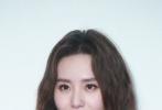 近日,刘诗诗出席某品牌活动,她身穿白色斜纹软呢套装,柔软的奶白色让刘诗诗的肤色看上去更加的白皙透亮,搭配俏皮可爱的羊毛卷发与精致的妆容,凸显出温婉端庄的气质。