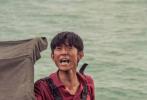 """根据""""人民楷模""""王继才同志守岛卫国32年感人事迹创拍的电影《守岛人》,将于6月18日全国公映。定档海报中,王继才立于疾风扑面、巨浪席卷的潮头,孤寂的小岛、坚毅的身影,守岛人形象令人动容。"""